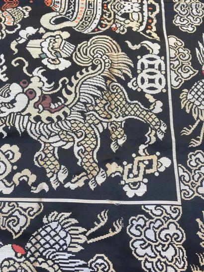 Tenture en soie noire tissée Chine, début du XXe siècle  À décor de paniers fleuris...