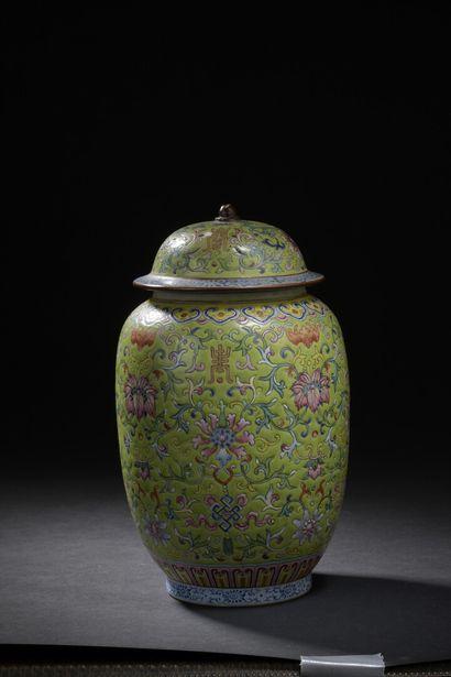 Vase couvert en porcelaine à fond vert citron...