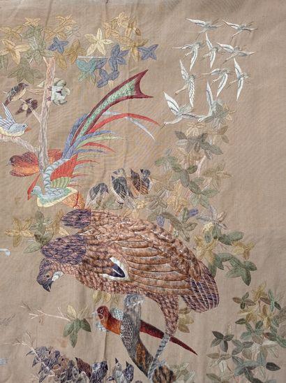 Tenture en laine beige brodée Chine, XXe siècle  Rectangulaire, à décor de phénix,...