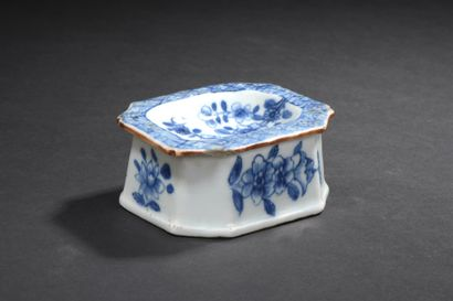 Saleron en porcelaine bleu blanc  Chine,...