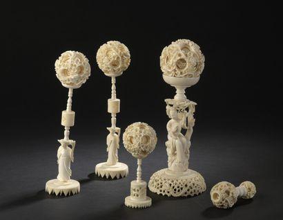 Ensemble de quatre boules en ivoire de Canton...