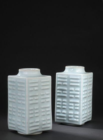 Paire de vases Cong en porcelaine céladon...