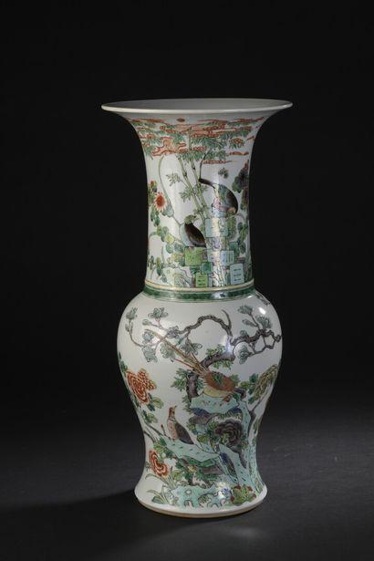 Vase Yenyen en porcelaine famille verte Chine,...