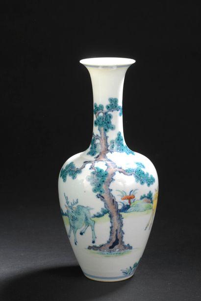 Petit vase en porcelaine Doucai  Chine, XXe...
