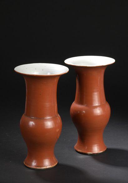 Paire de vases Yenyen en porcelaine corail...