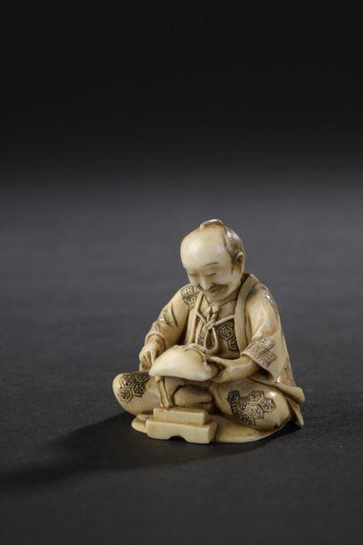Petit okimono en ivoire sculpté  Japon, circa...