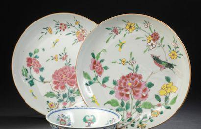 Paire d'assiettes en porcelaine famille rose...