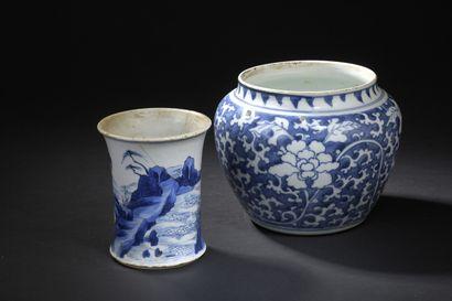 Petite jarre et pot à pinceaux en porcelaine...
