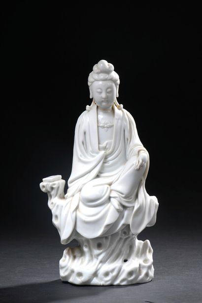 Statuette de Guanyin en porcelaine blanc...