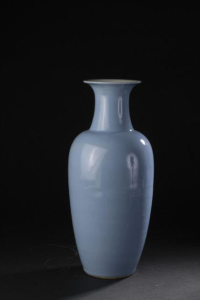 Vase en porcelaine monochrome bleu ciel  Chine,...