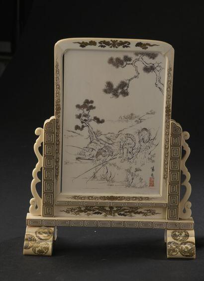 Écran de table en ivoire à décor laqué et...
