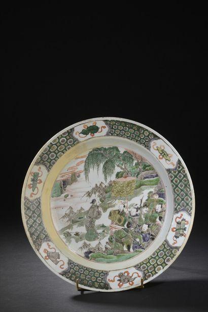 Grand plat en porcelaine famille verte Chine,...