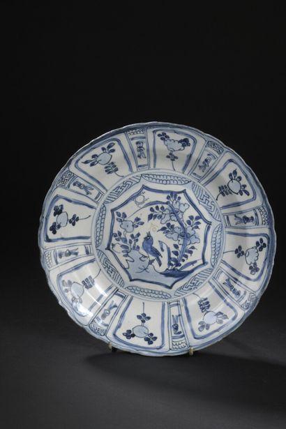 Plat en porcelaine bleu blanc Kraak  Chine,...