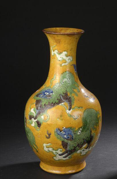 Vase en porcelaine à fond jaune  Chine, XIXe-XXe...