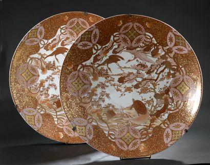 Deux grands plats en porcelaine Kutani  Japon,...