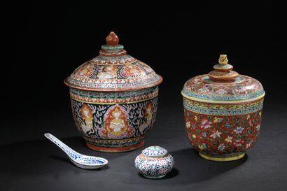 Deux pots couverts en porcelaine bencharong...