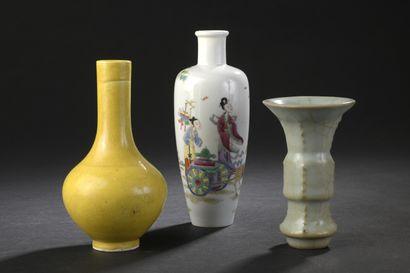 Trois petits vases en porcelaine polychrome,...