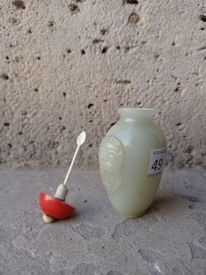 Tabatière en jade céladon pâle  Chine, début du XXe siècle  De forme ovoïde, la...