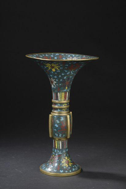Vase Gu en bronze et émaux cloisonnés  Chine,...