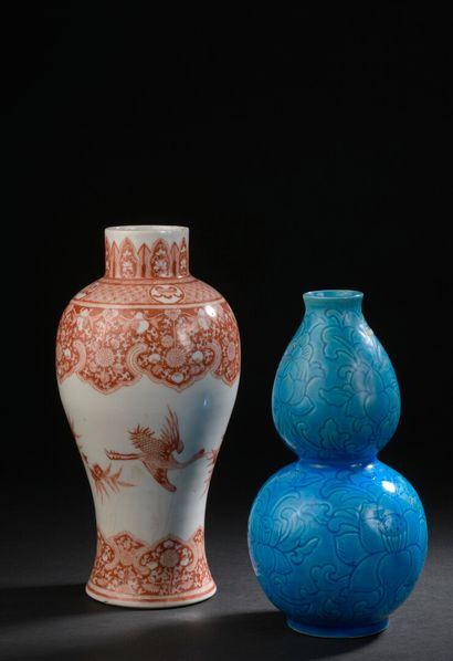 Deux vases en porcelaine rouge de fer et...