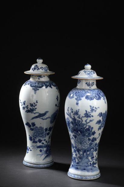 Paire de vases couverts en porcelaine bleu...