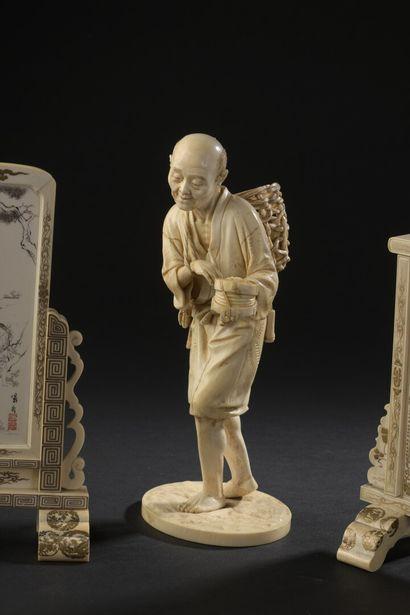 Okinono en ivoire sculpté, Japon, circa 1910/1920...