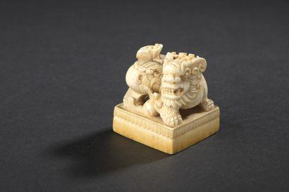 Cachet en ivoire Chine, circa 1900  La prise...