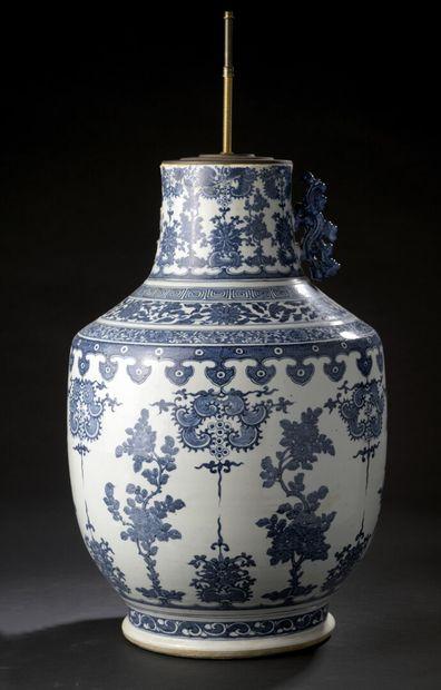 Grand vase en porcelaine bleu blanc Chine,...