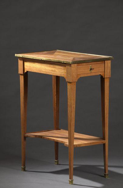 Petite table de salon en placage de bois...