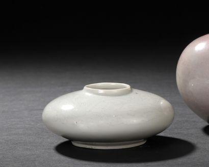 CHINE, XIXe siècle  Lave-pinceau en porcelaine...