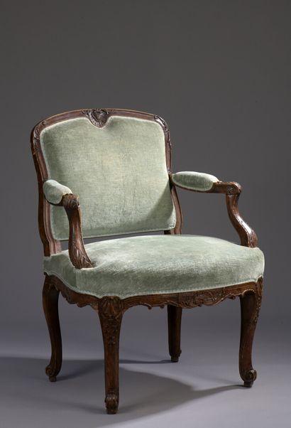 Fauteuil bas en bois mouluré et sculpté du début de l'époque Louis XV, attribué...