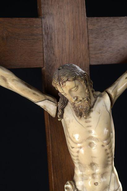 École INDO-PORTUGAISE, XVIIIe siècle  Christ de la Crucifixion  Statuette en ivoire...