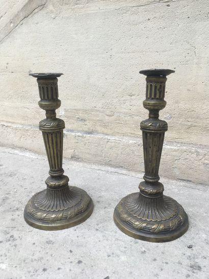 Paire de flambeaux en bronze anciennement...