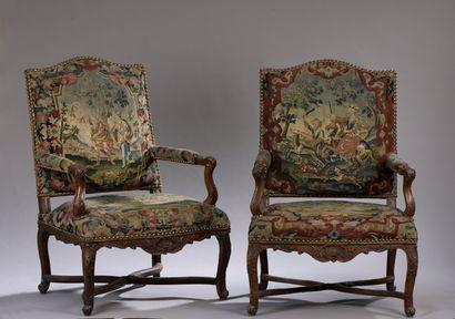 Paire de hauts fauteuils en noyer mouluré et sculpté d'époque Louis XV  À décor...