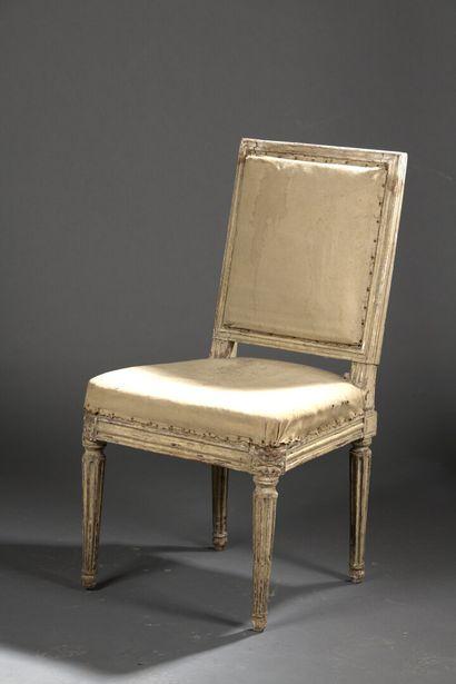 Chaise à dossier plat en bois mouluré et...
