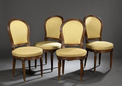 Suite de quatre chaises en bois mouluré et...