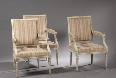 Suite de trois fauteuils en bois mouluré,...