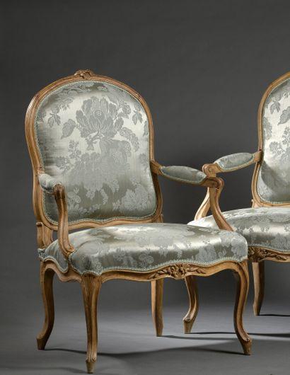 Paire de fauteuils en bois mouluré et sculpté, d'époque Louis XV.  L'un est estampillé...
