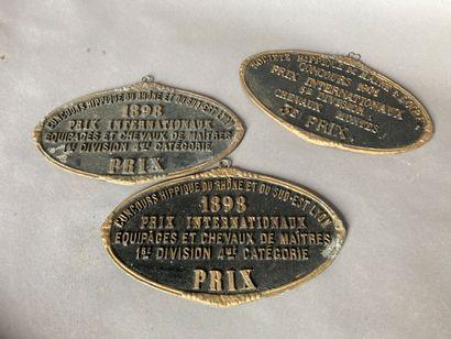 Trois plaques de prix de concours hippiques...