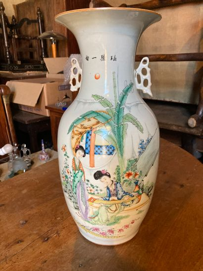 CHINE XXe siècle  Vase balustre avec petites...
