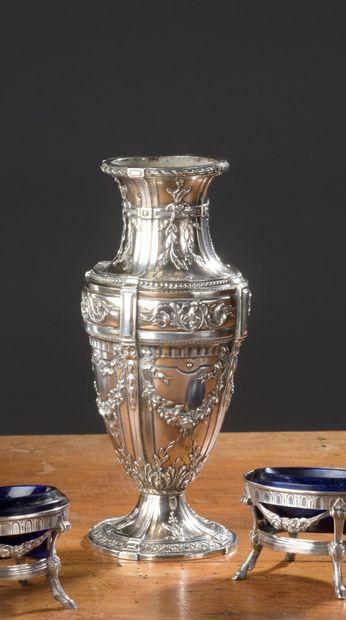 Vase balustre en argent 950 à décor en repoussé...