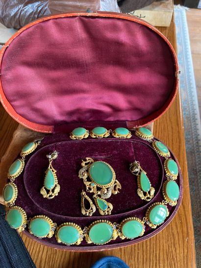 Parure en pomponne et matière composite imitant le jade, vers 1880-1900  Comprenant...