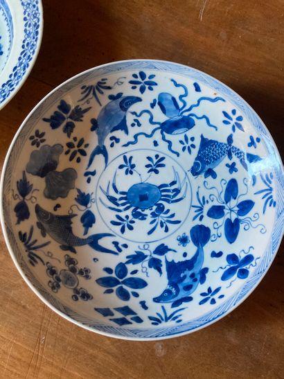 CHINE, XIXe siècle  Coupe en porcelaine à décor en camaïeu bleu d'un crabe au centre...