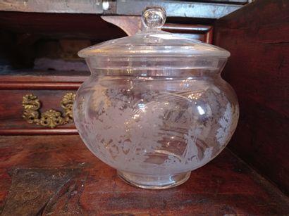 Drageoir en cristal à décor tournant gravé...
