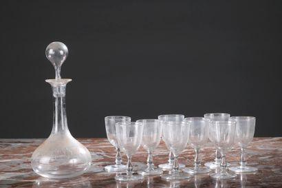 Carafe à liqueur et neuf verres en cristal gravés d'un chiffre sous couronne comtale....