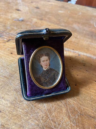 École FRANÇAISE vers 1880  Portrait en buste de trois-quart d'une femme  Miniature,...