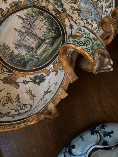 Grande coupe trilobée en faïence, fin XIXe-début XXe siècle  À décor polychrome...