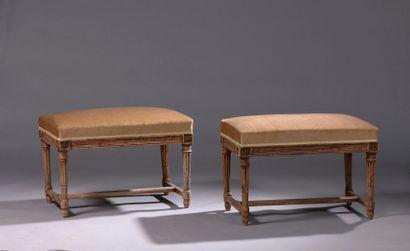 Deux tabourets en bois mouluré et sculpté...