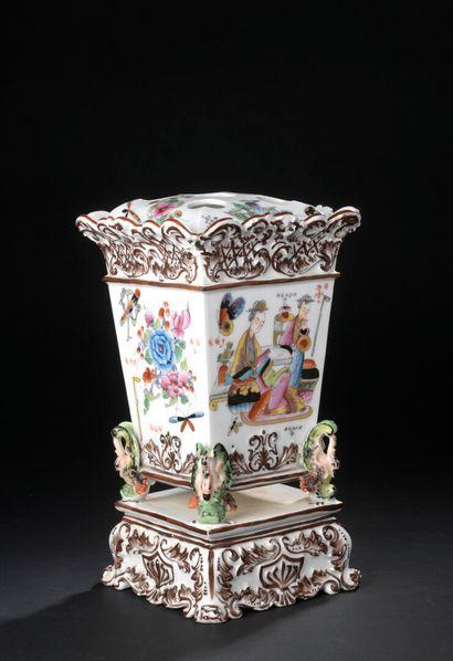 Bouquetière en porcelaine, XIXe siècle  À...