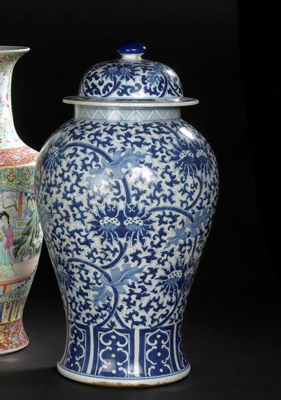 CHINE XXe siècle  Importante jarre en porcelaine,...
